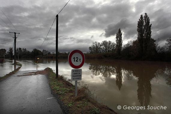 Route d'Aumes, Pézenas, crue de l'Hérault 05/11/11