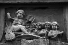 Pézenas (34). Les anges musiciens, bas-relief